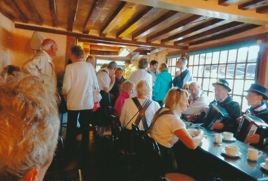 BM-RH-Singalong-and-music-in-cafe-in-Combremer